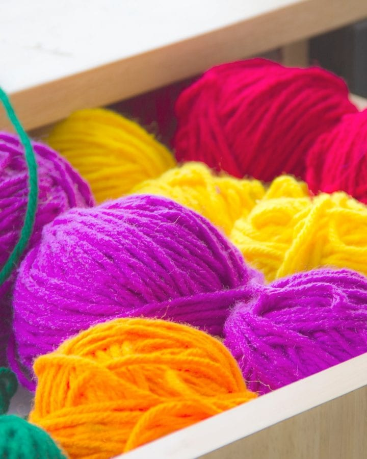 How do you alternate colors in knitting?