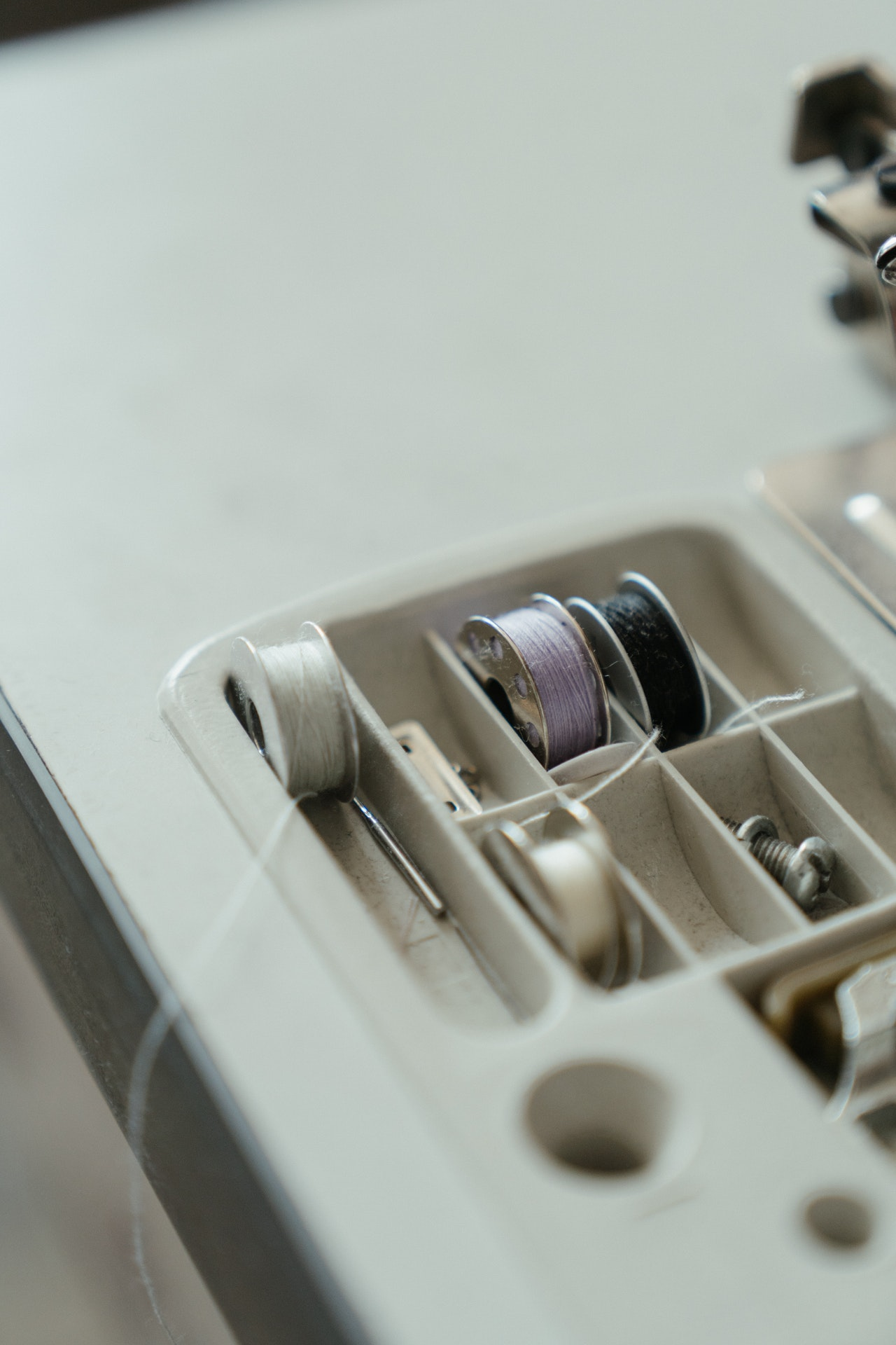 Do sewing machines come with bobbins?